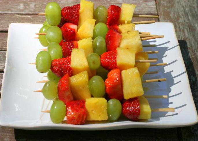 фрукты на палочке