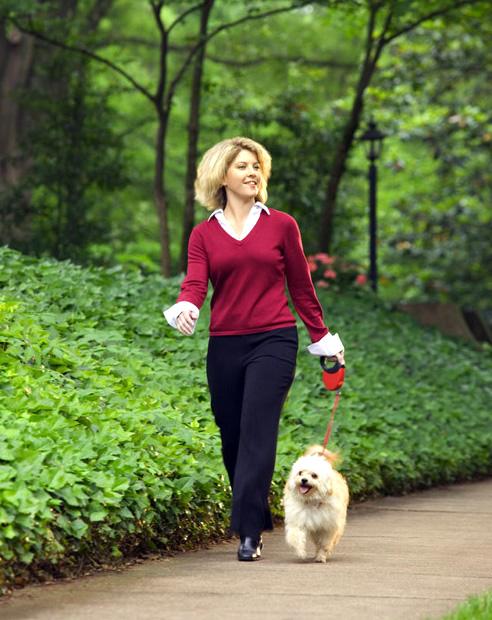 женщина гуляет с собачкой