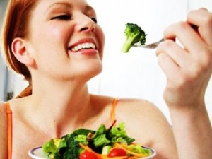 девушка ест диетическую пищу