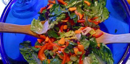 Салат на синей тарелке