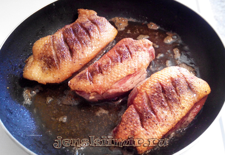 утка на сковороде