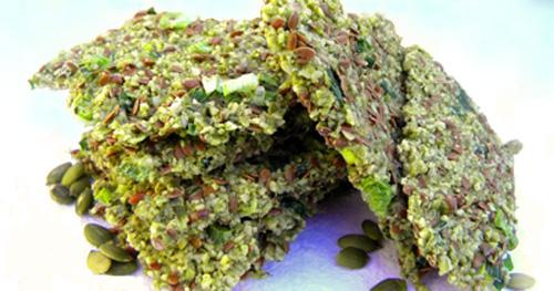 крекеры из семени льна с тыквенными семечками и зеленым луком