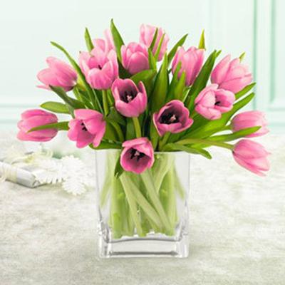 срезанные тюльпаны в вазе